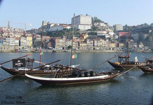 Se há cidades que dá prazer fotografar é o Porto cada canto e recanto tras-nos surpresas envoltas na nevoa tipica da cidade. Aqui estao os barcos ravelos que servião para transportar o Vinho do Porto pelo Rio Douro.