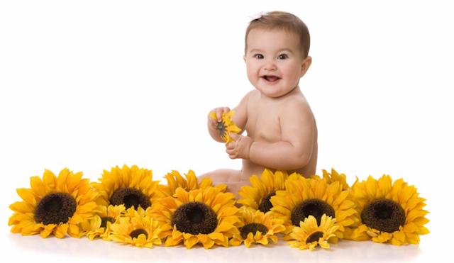 Bebê com girassol
