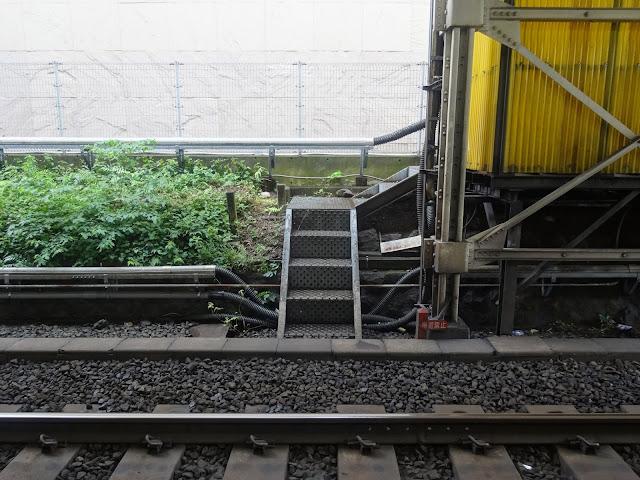 線路階段,東中野駅〈著作権フリー無料画像〉Free Stock Photos