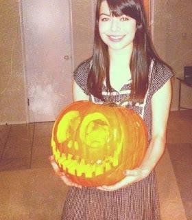 Miranda Cosgrove calabaza de Halloween 2011
