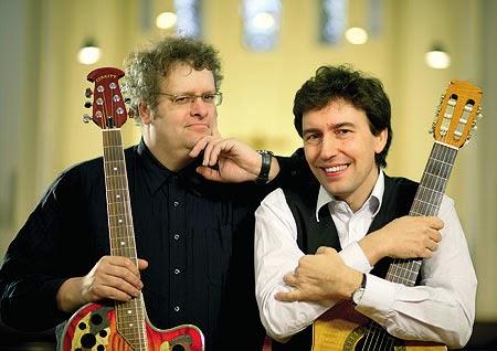 """Nicht missionieren, sondern musikalisch unterhalten wollen die beiden Pastoren Andreas Schulte (links) und Uwe Rahn aus dem Kirchenkreis Schwelm. Unterstützt werden sie dabei u.a. von Musikern der Band """"Farfarello"""". (Foto: privat)"""