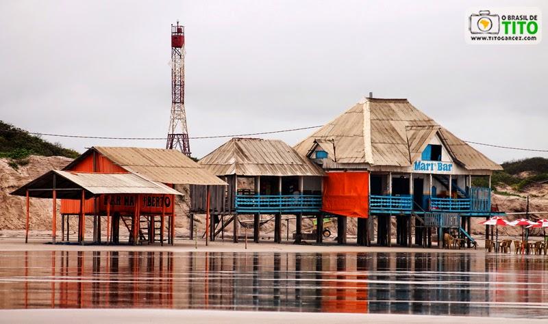 Bares e farol da praia da Princesa, na ilha de Maiandeua (Algodoal), no litoral paraense na baixa temporada
