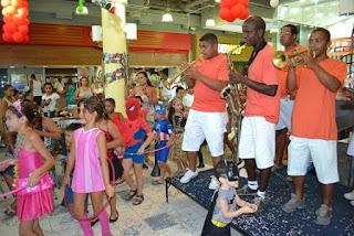 Bailinhos de Carnaval animam o público do Santa Cruz Shopping