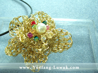 Finishing_slinky_flower_wire_crochet_with_faux_pearl_Swarovski_crystals_embellishment
