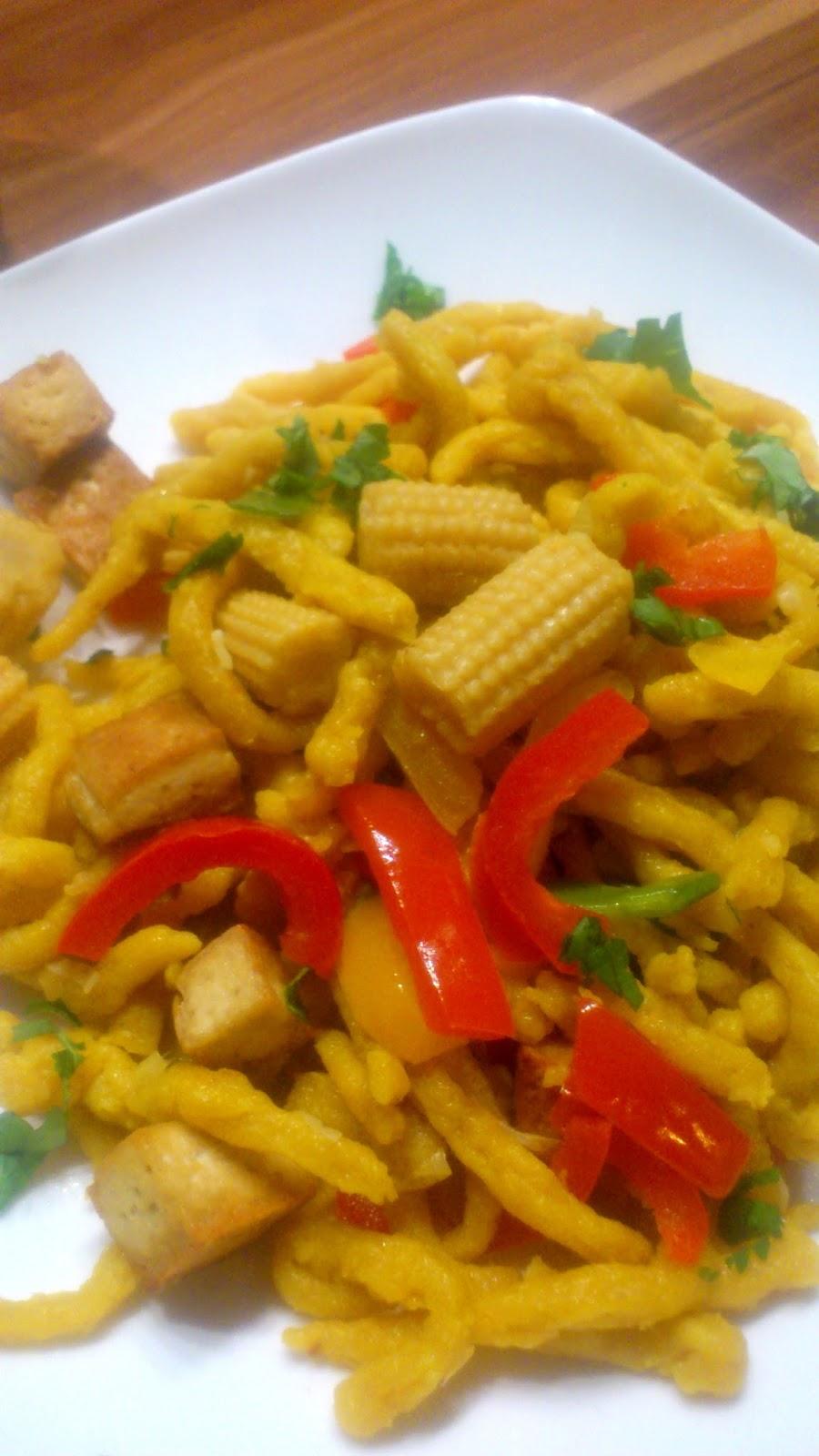 Curry-Spätzle mit Tofu und Paprika-Mais-Zuckerschoten-Gemüse