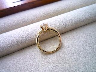 オーダーしたエンゲージリング(結婚指輪)は横姿も素敵です。