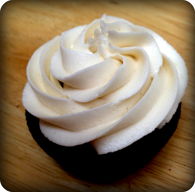 So I promised you the BUTTERCREAM FROSTING recipe to go along with my ...
