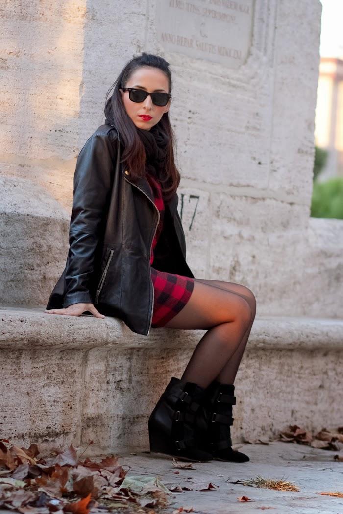 Bloguera Withorwithoutshoes en Valencia con vestido de cuadros y chaqueta perfecto de cuero