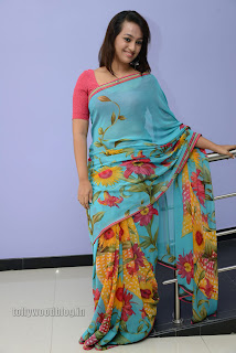 Esther Noronha Pictures in saree 005.jpg