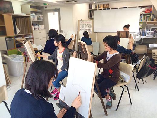 横浜美術学院の中学生教室 美術クラブ 新年度スタート課題「ある場所に置かれた立方体」授業風景