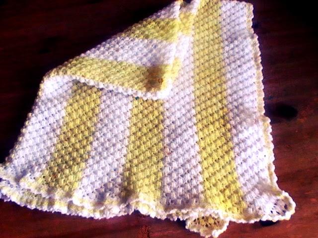Manta para bebe bicolor tejida a crochet - Margarita Knitting