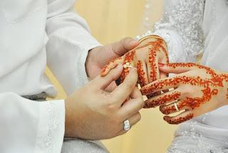 Soal:  Bagaimana status nikah mut'ah yang selama ini dipraktikkan oleh Syiah Imamiyah, Ja'fariyah atau Itsna 'Asyariyah? Apakah masih dianggap sebagai hukum syariah atau tidak?  Jawab:  Mut'ah adalah pernikahan sementara, dengan tenggat waktu yang sudah diketahui (ma'lum), atau belum (majhul). Pernikahan mut'ah ini jelas haram. Dasarnya adalah hadis dari Sabrah al-Juhani yang menyatakan bahwa beliau pernah bersama Nabi saw. lalu Baginda bersabda:  يَا أَيُّهَا النَّاسُ إِنِّي كُنْتُ أَذِنْتُ لَكُمْ فِي اْلاِسْتِمْتَاعِ مِنَ النِّسَاءِ وَأَنَّ اللهَ قَدْ حَرَّمَ ذَلِكَ إِلَى يَوْمِ الْقِيَامَةِ، فَمَنْ كَانَ عِنْدَهُ مِنْهُنَّ شَيْءٌ فَلْيَخُلْ سَبِيْلَهُ وَلاَ تَأْخُذُوْا مِمَّا أَتَيْتُمُوْهُنَّ شَيْئًا  Wahai sekalian manusia, aku pernah mengizinkan kalian menikahi secara mut'ah kaum perempuan. Sesungguhnya Allah SWT telah mengharamkan nikah tersebut hingga Hari Kiamat. Karena itu siapa saja yang masih memiliki mereka, hendaknya melepaskannya, dan janganlah kalian mengambil sedikitpun apa yang kalian dapatkan (HR Ahmad dan Muslim).  عَنْ سَبْرَةَ الْجُهَنِي أَنَّ رَسُوْلَ اللهِ صَلَّى اللهُ عَلَيْهِ وَسَلَّمَ فِي حَجَةِ الْوَداَعِ نَهَى عَنْ نِكَاحِ الْمُتْعَةِ  Dari Sabrah al-Juhani bahwa Rasulullah saw. saat Haji Wada' telah melarang nikah mut'ah (HR Ahmad dan Abu Dawud).  Karena itu nikah mut'ah diharamkan berdasarkan nas hadis, bukan atas perintah Khalifah Umar bin al-Khaththab ra. Tentu karena Khalifah Umar ra. tidak mempunyai kewenangan untuk menghalalkan atau mengharamkan sesuatu. Umar ra., sebagai khalifah, hanya mempunyai hak untuk mengadopsi hukum syariah yang telah disyariatkan oleh Allah SWT. Khalifah Umar jelas tidak mempunyai hak legislasi. Pendapatnya sama dengan pendapat Sahabat manapun. Pendapatnya merupakan pendapat seorang mujtahid, bukan dalil syariah.  Mengenai riwayat yang menyatakan bahwa Umar telah melarang nikah mut'ah, kemudian larangannya ditaati oleh rakyatnya, maka larangan tersebut merupakan bentuk implementasi hukum syariah yang tela