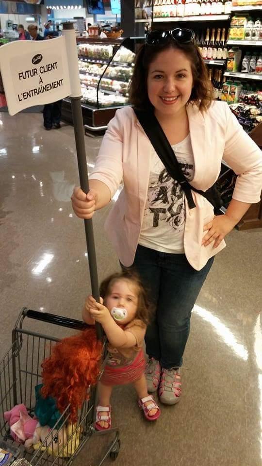 Apprentis clients chez IGA: Mini Radieuse aime faire l'épicerie
