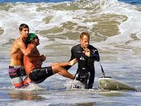Mengerikan, Asyik Berenang Pria Digigit Hiu Putih
