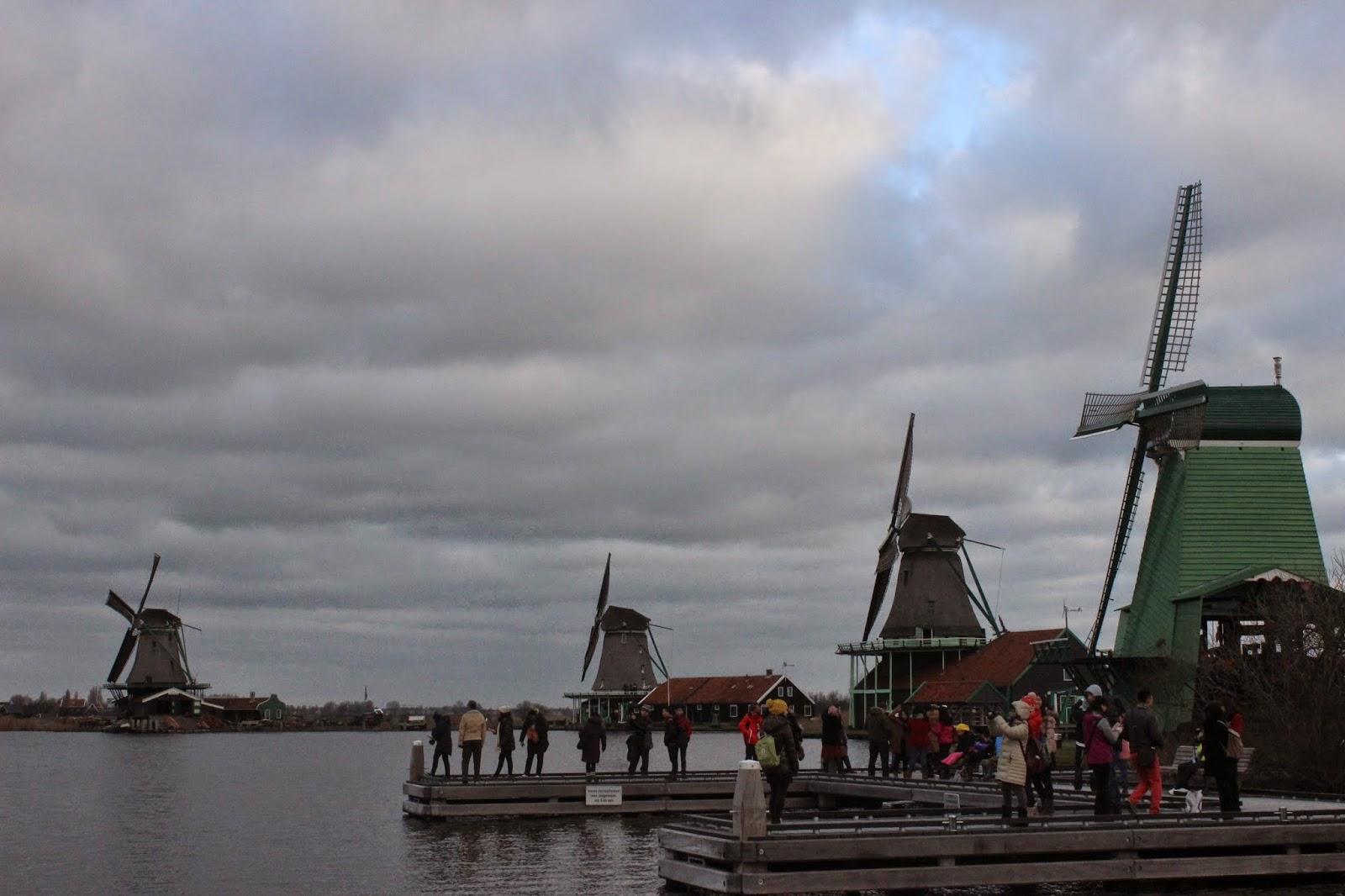 Cuaca Buruk di Kincir Angin Zaanse Schans, Belanda