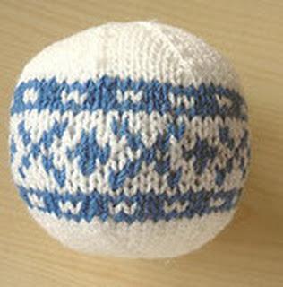 Белый шар с синим узором