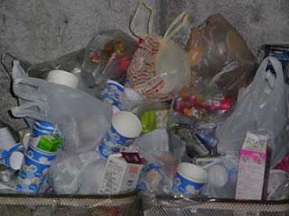 山盛りのゴミ箱