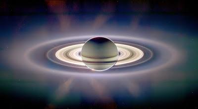 Foto luarbiasa ini adalah Sinar matahari yang terhalang oleh planet Saturnus