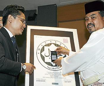 Shafiq melihat Jamil Khir (kanan) melancarkan Halal Sqaure dan Halal Inside, di Kuala Lumpur, semalam.