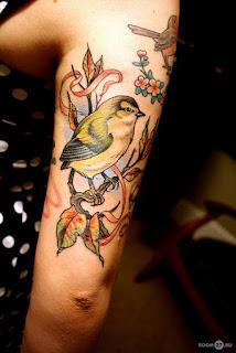 tatuagens femininas na parte externa do braço desenho pássaro natureza