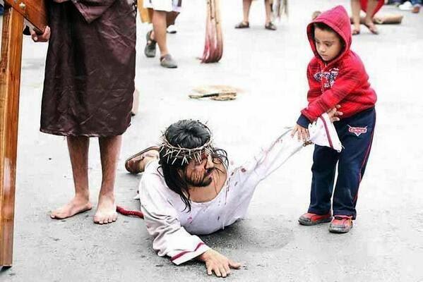 Los niños ayudan Jesús