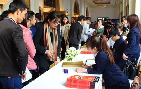 Khách hàng chen chân tham dự lễ ra mắt sản phẩm R6 Vinhomes Royal City