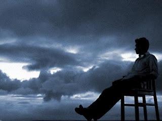 homem sentado em uma cadeira