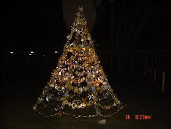 A nossa árvore de Natal brilha à noite