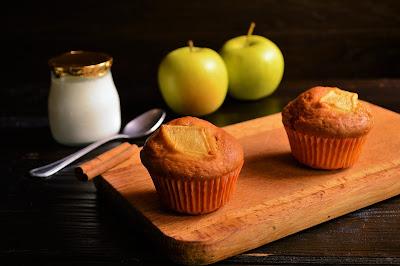 Magdalenas de cuajada, canela y manzana