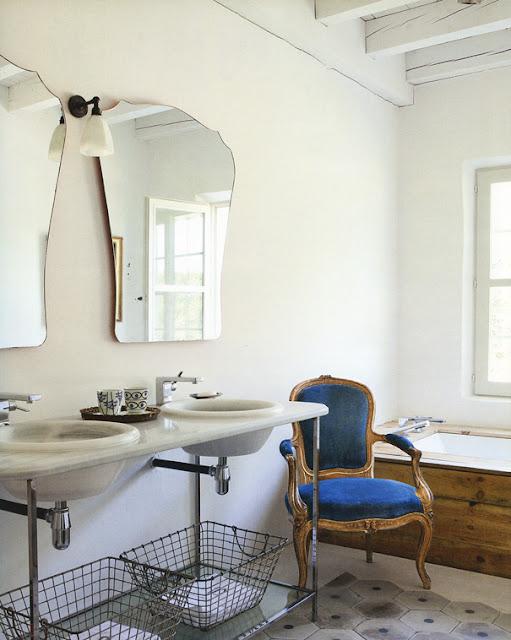 baño vintage con butaca Luis tapizado en terciopelo