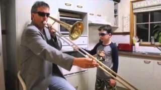 Папа играет на трамбоне, сын играет на духовке