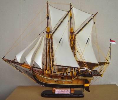 Miniatur Perahu Pinisi Kerajinan Bugis Makassar