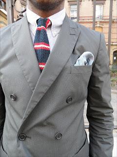 Stylizacja casual z krawatem typu knit