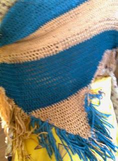Chal  bicolor de lana gruesa, tejido al crochet