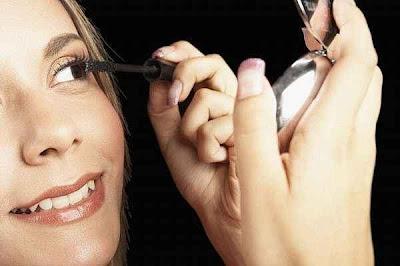 makeup - المكياج يعجل بظهور علامات الشيخوخة