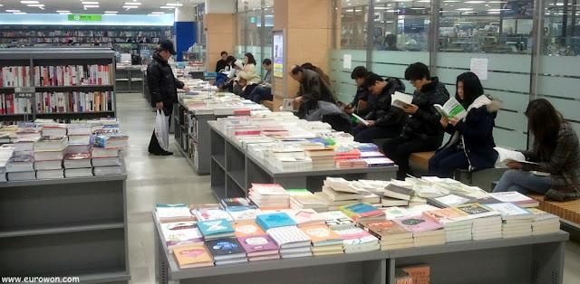 Coreanos leyendo libros en una librería