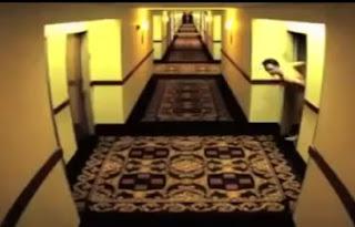 hombre desnudo se queda atrapado fuera de su habitación 208 en hotel