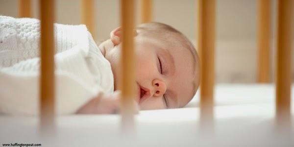 Photo bébé mignon qui dort dans son lit