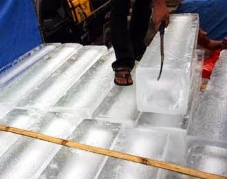 Cara Membedakan Es dari Air Mentah atau Air Matang