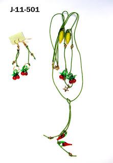 Collar en hilo chino, frutas de vidrio. 55,00Bs