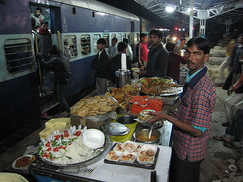 http://3.bp.blogspot.com/-rh-Hw9db__8/T0Dgl-XV3ZI/AAAAAAAAAa4/Be12OuZ9WDc/s1600/food-vendor-on-station-platform.jpg