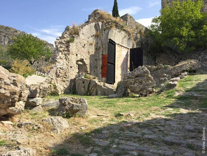 Стена здания в Старом Баре, Черногория