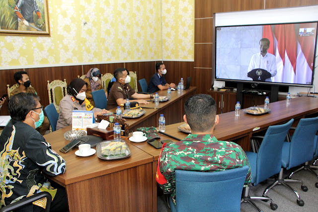 Wakil Bupati Subang, Agus Masykur tengah mengikiti arahan bersama Presiden