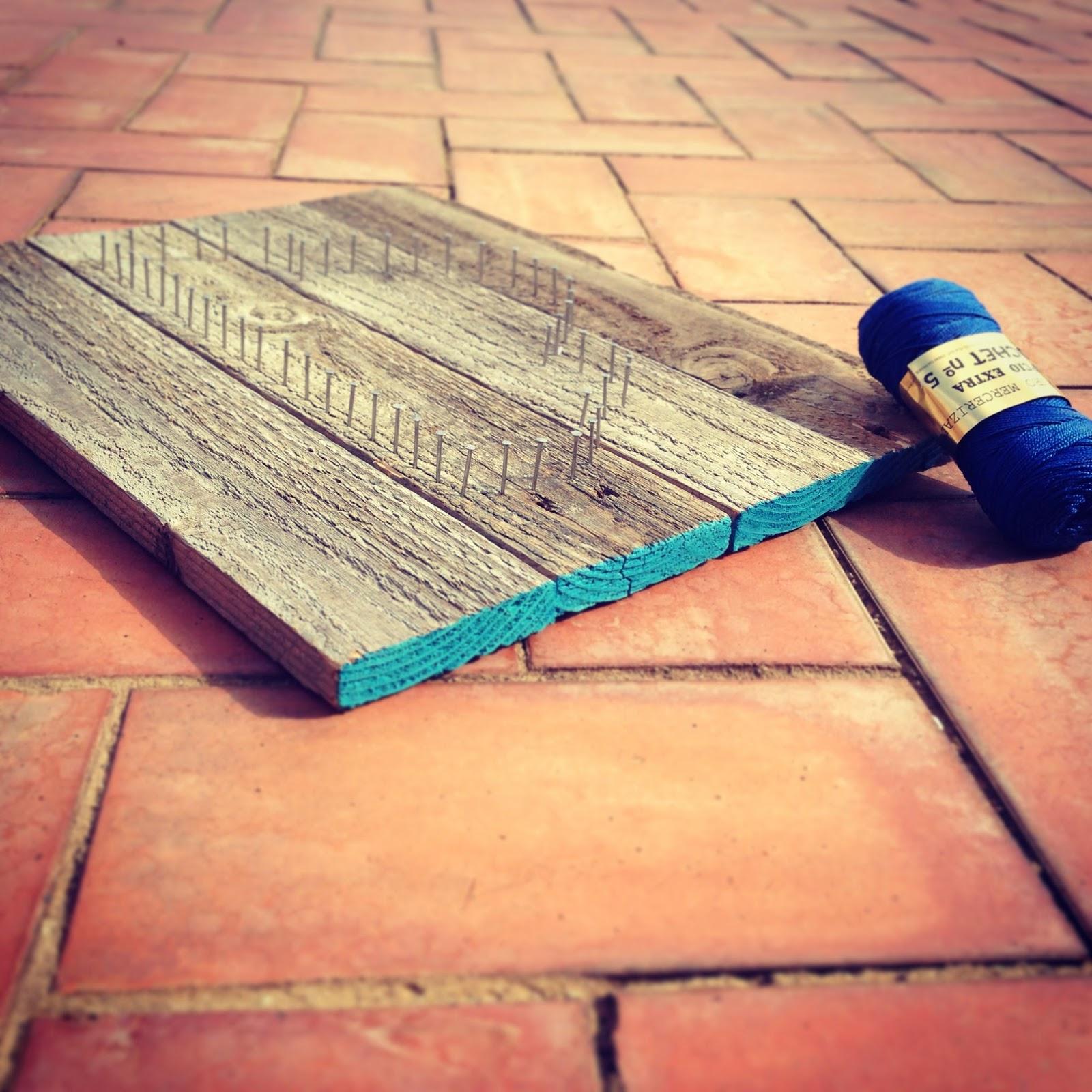 Cuadro con madera y clavos rojosill n - Clavos para madera ...