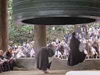 時計係がおり、え~い、ひと~つ、そーれで親綱をもった僧侶が準備をする。