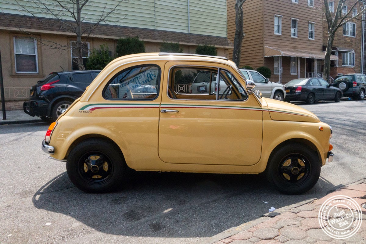 image of Fiat 500 in from of Fortunato Brothers, Italian Bakery in Williamburg, Brooklyn, NY