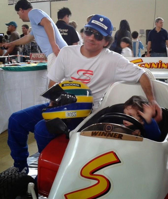 Um sósia do piloto Ayrton Senna circulou pela exposição, tirando fotos com os participantes.