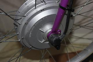 Närbild på själv elmotorn. Mkt fint skick. Kabeln går in på sidan av navet. Med kabeln styrs sedan motorn.