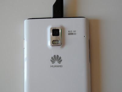 Se puede apreciar la cámara trasera de 8 MP con autofocus y doble flash LED
