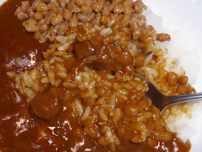 納豆にカレーライス(ハインツ欧風ビーフカレー中辛)